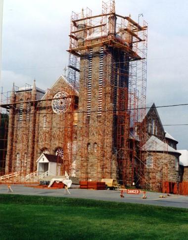 Dilapidation of masonry on Saint-Michel de Percé's Church (photo: Marc Bouchard).